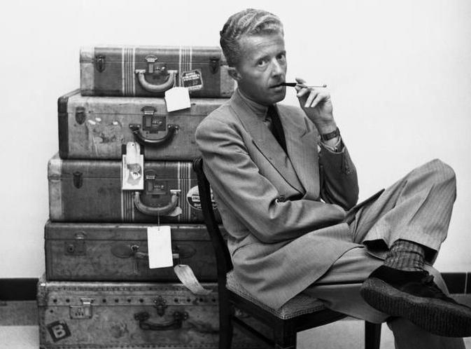 Paul Bowles con maletas.