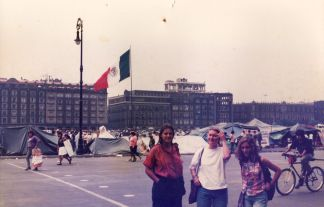 Con Ana y Felicia en el Zócalo del DF. 1993.