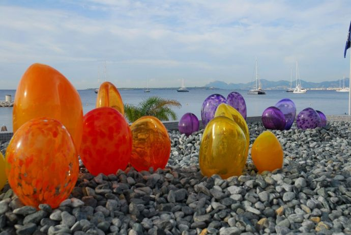 Terraza del restaurante Les Pêcheurs, en el Cap d'Antibes Beach Hotel, con detalles creados por Antoni Pierini en vidrio soplado.
