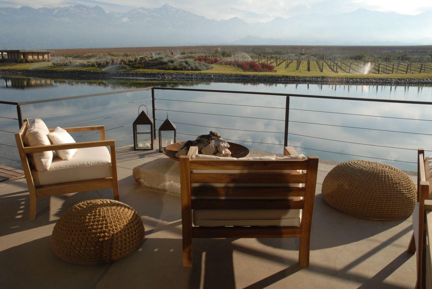 The Vines of Mendoza: hotel, montañas y viñedos, vista desde uno de los cuartos.