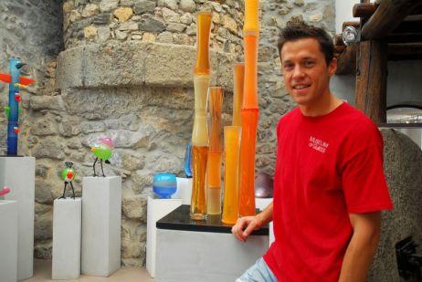 Antoni Pierini, artista del vidrio soplado, en su tienda de Biot, Francia.