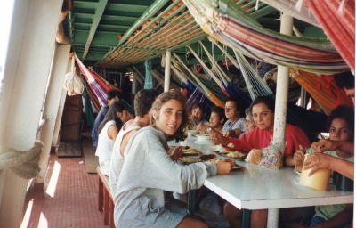 Comiendo en el barco Rodrigues Alves III, mientras navegamos por el río Amazonas camino a Santarem.