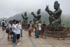 Deidades en torno al Gran Buda (Tian Tan) de la isla de Lantau, Hong Kong.
