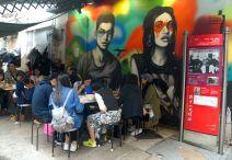 Street art y comida callejera en Hong Kong.