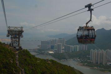 Teleférico Ngong Ping 360 rumbo a la Ngong Ping Village, en la isla de Lantau, Hong Kong.