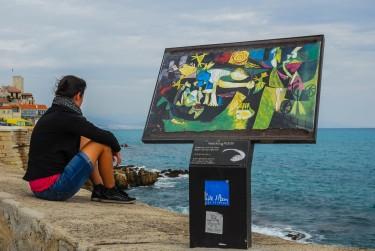 Reproducción de un cuadro de Pablo Picasso en el lugar donde fue inspirada la escena, Antibes, Francia.