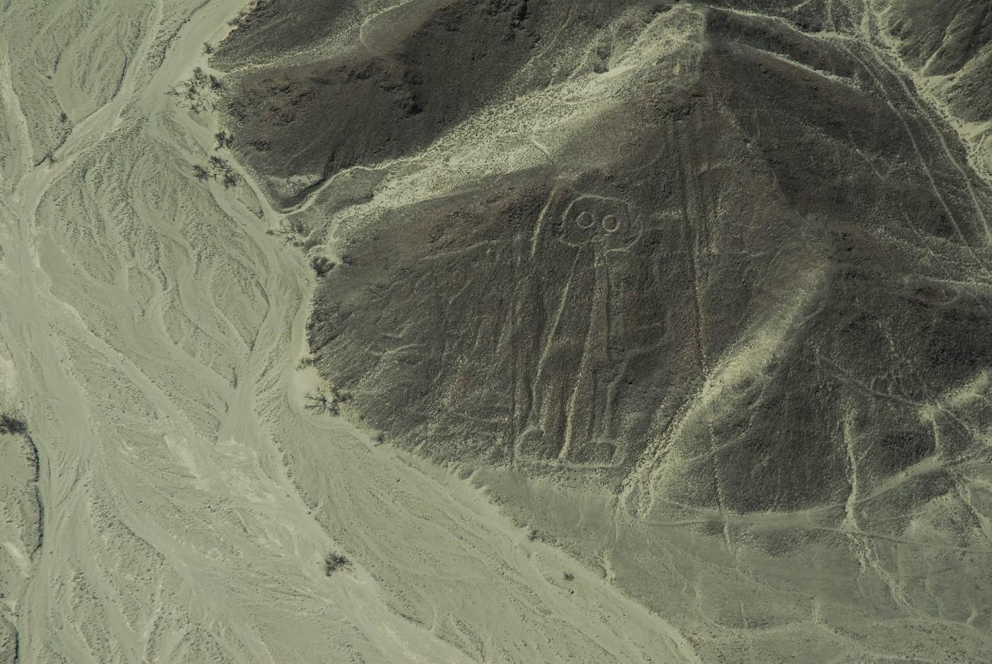 El astronauta, sobre una elevación del terreno. Líneas de Nazca, Perú.