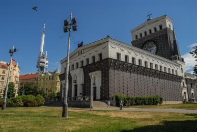 Templo del Sagrado Corazón en la plaza Jorge de Poděbrad (Náměstí Jiřího z Poděbrad).