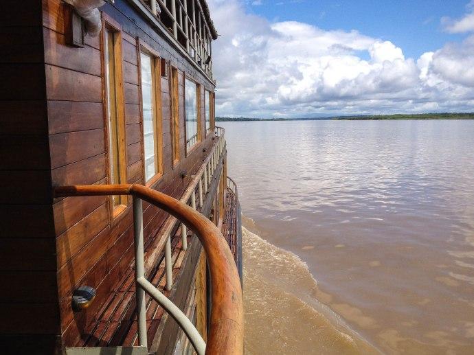 Barco Delfin II navegando por la Amazonía peruana.