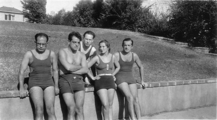 Eduardo Ugarte, Luis Buñuel, José Lopez Rubio, Eleanor y Antonio de Lara junto a la piscina de Charles Chaplin en su casa de Hollywood, 1930.