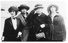 Marie Mattingly Meloney con Irène, Marie y Eve Curie al arribar a Nueva York el 12 de mayo de 1921.