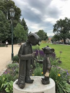 Spejbl y Hurvínek, en el anillo de Jardines de Pilsen, Chequia.
