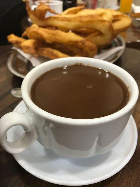 Tejeringos y chocolate caliente en La Malagueña.