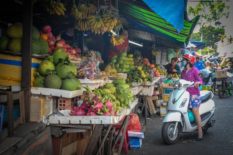 Los vietnamitas hacen sus compras sin bajarse de la motoneta.