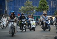 Un enjambre de motos invade las calles de Saigón.