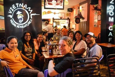 Zoom Café, primera parada del recorrido nocturno por Saigón en Vespa.