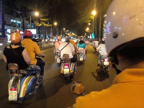 Cae la noche y empieza el recorrido por Saigón en Vespa.