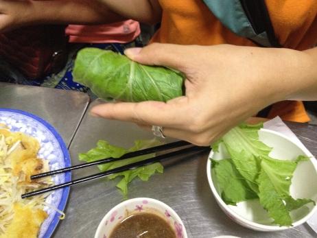 El recorrido incluye explicaciones detalladas de cómo hacer tu propio rollo vietnamita (cuốn tôm thịt).