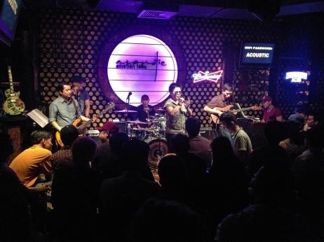 El bar Acoustic, con bandas en vivo, es la última parada del recorrido.
