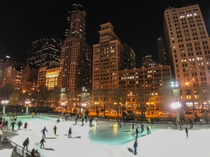 Patinaje sobre hielo en la McCormick Tribune Ice Rink de Millennium Park, Chicago.