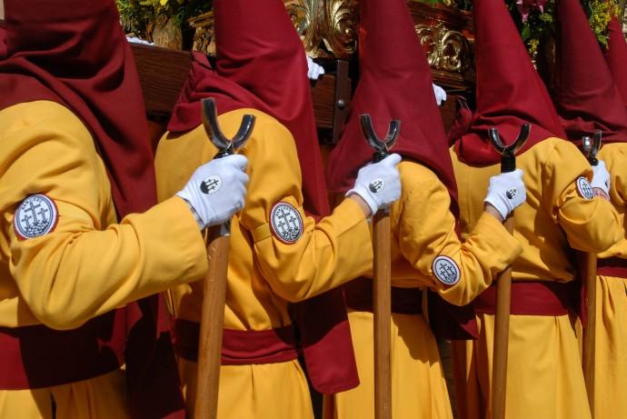 Banceros durante las procesiones de Semana Santa en Cuenca, España.