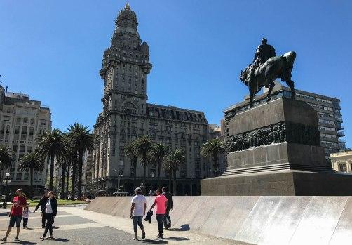 Palacio Salvo, frente a la Plaza Independencia de Montevideo.