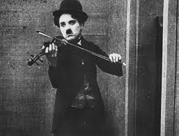 Charles Chaplin tocaba el violín con la mano izquierda.