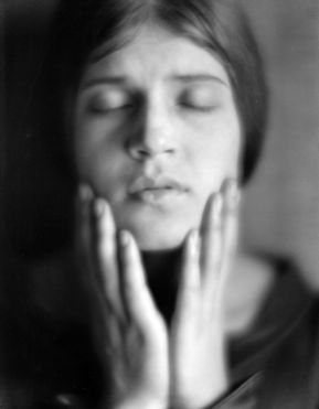 Tina Modotti retratada por Edward Weston.