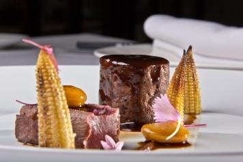 Rosal de liebre, salsa de ciruelas negras, maíz y judiones, restaurante El Carmen de Montesión, Toledo.