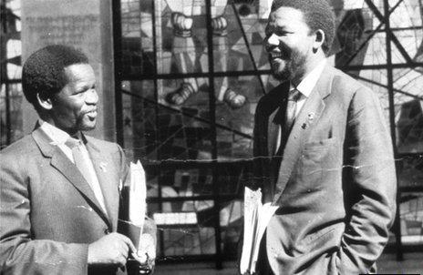 Nelson Mandela y su amigo Oliver Tambo en Addis Abeba, Etiopía.