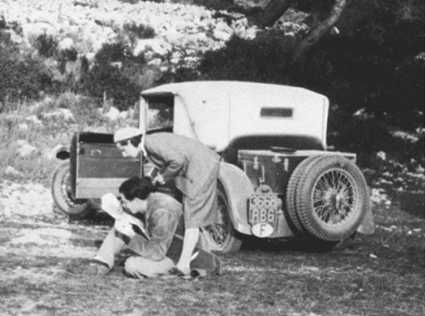 Aldous Huxley, su esposa Marie Nys y el Citroën 10 CV en el que viajaban por Europa.
