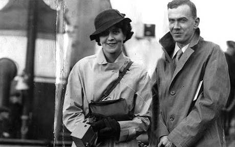 Los primos Barbara y Graham Greene en Liverpool, el día en que se embarcaron rumbo a Sierra Leona.